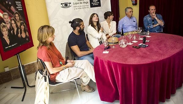 El equipo artístico de Los hijos de Kennedy presentó ayer en el Lope de Vega la obra junto al director del espacio escénico, Juan Víctor Rodríguez Yagüe. / Carlos Hernández
