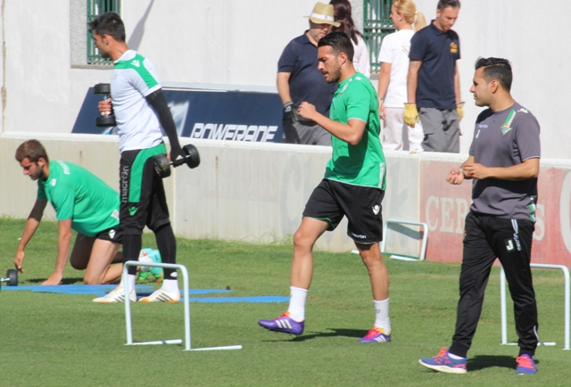 Xavi Torres, a la derecha, en el entrenamiento de este martes / Real Betis