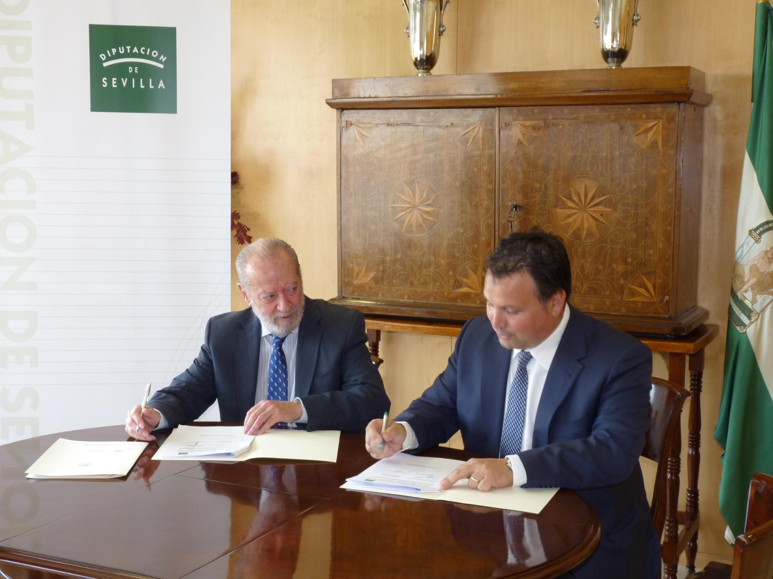 Fernando Rodríguez Villalobos e Ismael Perea, durante la firma del nuevo pacto financiero.