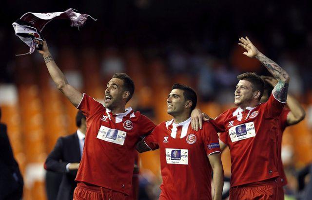 navarro, Reyes y Alberto celebran la clasificación. / Kai Försterling  (EFE)