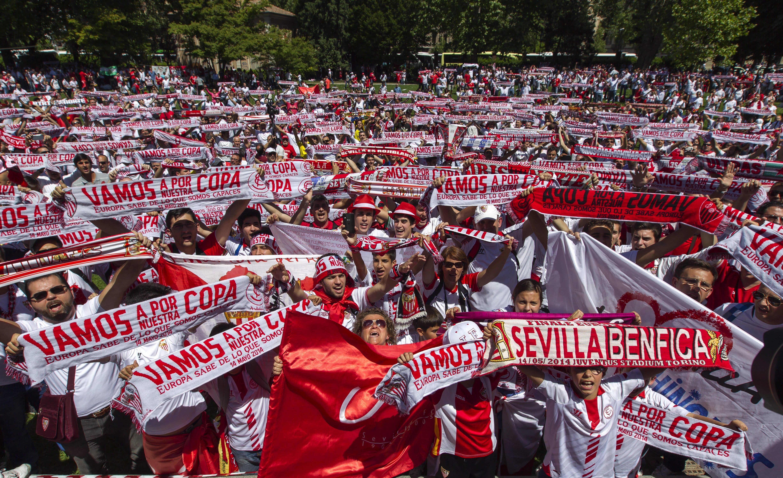Cientos de sevillistas animando a su equipo. / Julio Muñoz (EFE)