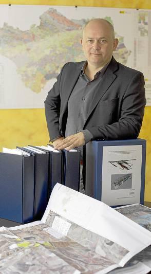Joaquín Merino posa delante de la documentación inicial aportada. / PEPO HERRERA