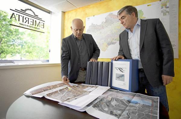 Joaquín Merino, presidente y consejero delegado de Emerita, y David Gower, su director y miembro del comité de dirección de Forbes & Manhattan, en las oficinas de Sevilla. / PEPO HERRERA
