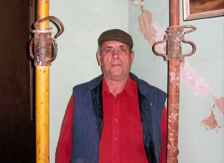 Pedro Gálvez vive con seis familiares en una vivienda apuntalada desde el año 2009.
