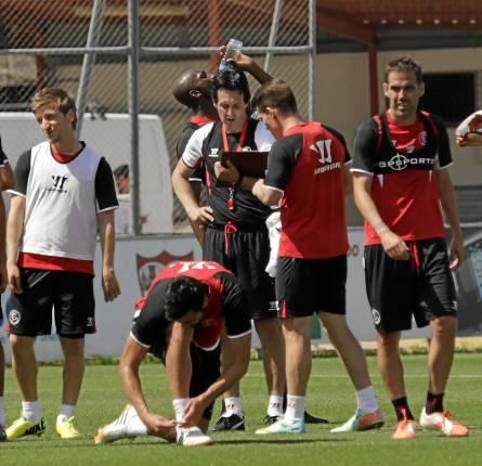 Varios jugadores del Sevilla durante un receso en el entrenamiento de este miércoles. / Jose Luis Montero