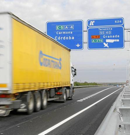 Un camión transcurre por el segundo tramo de la ronda de circunvalación. / J.M. Paisano