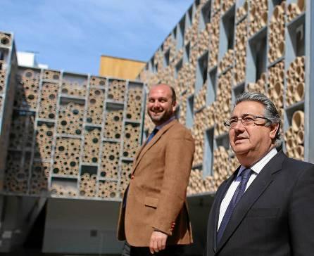 El alcalde, Juan Ignacio Zoido, con el delegado de Triana Curro Pérez, durante su visita al centro a final de marzo.