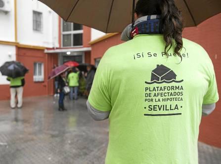 Un grupo de voluntarios se concentra ante un bloque de la capital para impedir un desahucio. / J.M.Espino