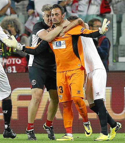 Beto fue la estrella de la noche al parar dos penaltis en la decisiva tanda de penaltis. / Armando Babani