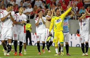 Los jugadores del Sevilla agradecieron el apoyo de la afición. / José Manuel Vidal (EFE)