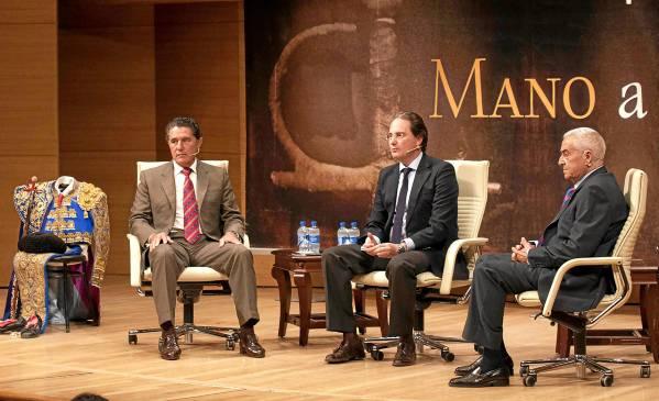 José Antonio Campuzano, José Enrique Moreno y el doctor Ramón Vila, ayer en la Fundación Cajasol. / J.M. Paisano
