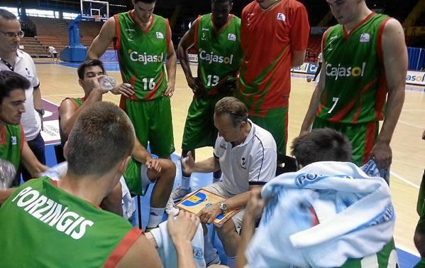 Aíto García Reneses, dando instrucciones a sus jugadores. El técnico del Cajasol regresa al Palau Blaugrana con un equipo dispuesto a dar la campanada.