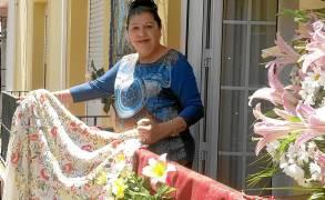 Emilia Caliani recogía ayer con nostalgia la Decoración de su balcón en Parras. / M.G.