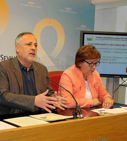 José Manuel García y Josefa Medrano, concejales de IU, ayer en rueda de prensa. / El Correo