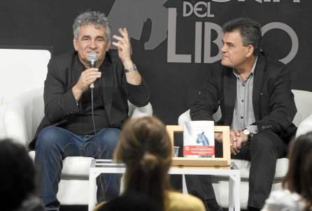 Bernardo Atxaga, ayer en la Feria del Libro de Sevilla. / J. M. Paisano