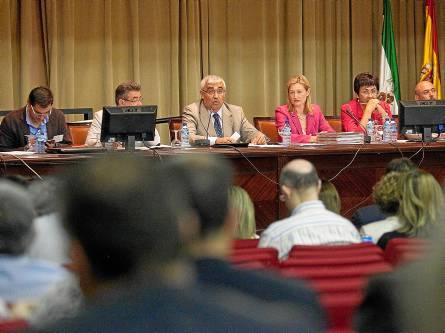 El rector, en un momento de su intervención en el claustro, celebrado en la Facultad de Económicas. / El Correo