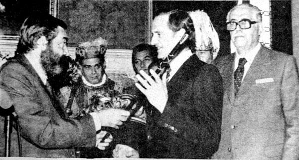 Luis Uruñuela recibe la vara de alcalde de la mesa de edad: el más joven, Vázquez Ruiseñor, de UCD, se la entrega; el mayor y el macero, testigos más cercanos / El Correo
