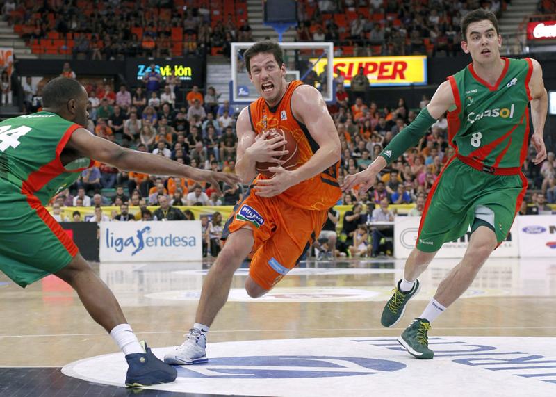 El base belga del Valencia Basket Club, Sam Van Rossom (c), y el checo del Cajasol, Tomas Satoransky (d), durante el partido correspondiente a la 32 jornada de Liga Endesa disputado hoy en Valencia.