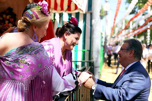 El alcalde de Sevilla,JuanIgnacio Zoido, saluda a dos flamencas mientras pasea por el Real. / el correo