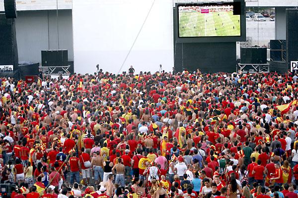Pantallas gigantes se instalaron también en el Auditorio Rocío Jurado para ver a La Roja en el Mundial de Sudáfrica . / Javier Cuesta
