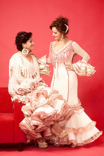 Las Carlotas cumplen 25 años sobre los escenarios cantando sevillanas y este año han publicado 'Muero por ti'.