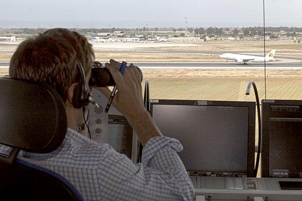 La torre de control de Ferronats controla los aterrizajes y despegues así como los desplazamientos de los aviones previos a colocarse o salir de pista. / Reportaje gráfico: José Luis Montero