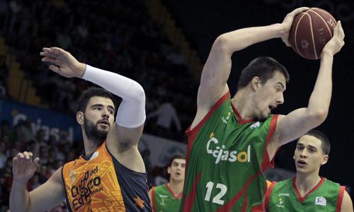 El pívot checo del Cajasol Ondrej Balvin (d), controla el balón ante el pívot del Valencia Basket Juan José Triguero./ EFE