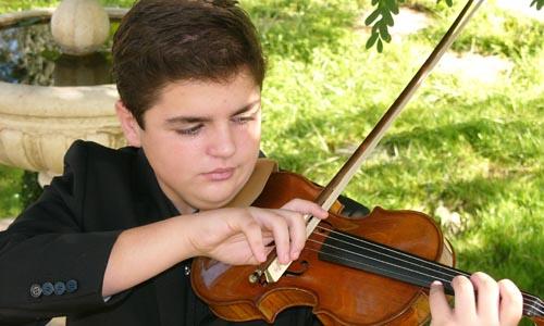 El joven violinista Carlos Rafael Martínez Arroyo, que esta noche toca con la Banda Sinfónica de Sevilla.