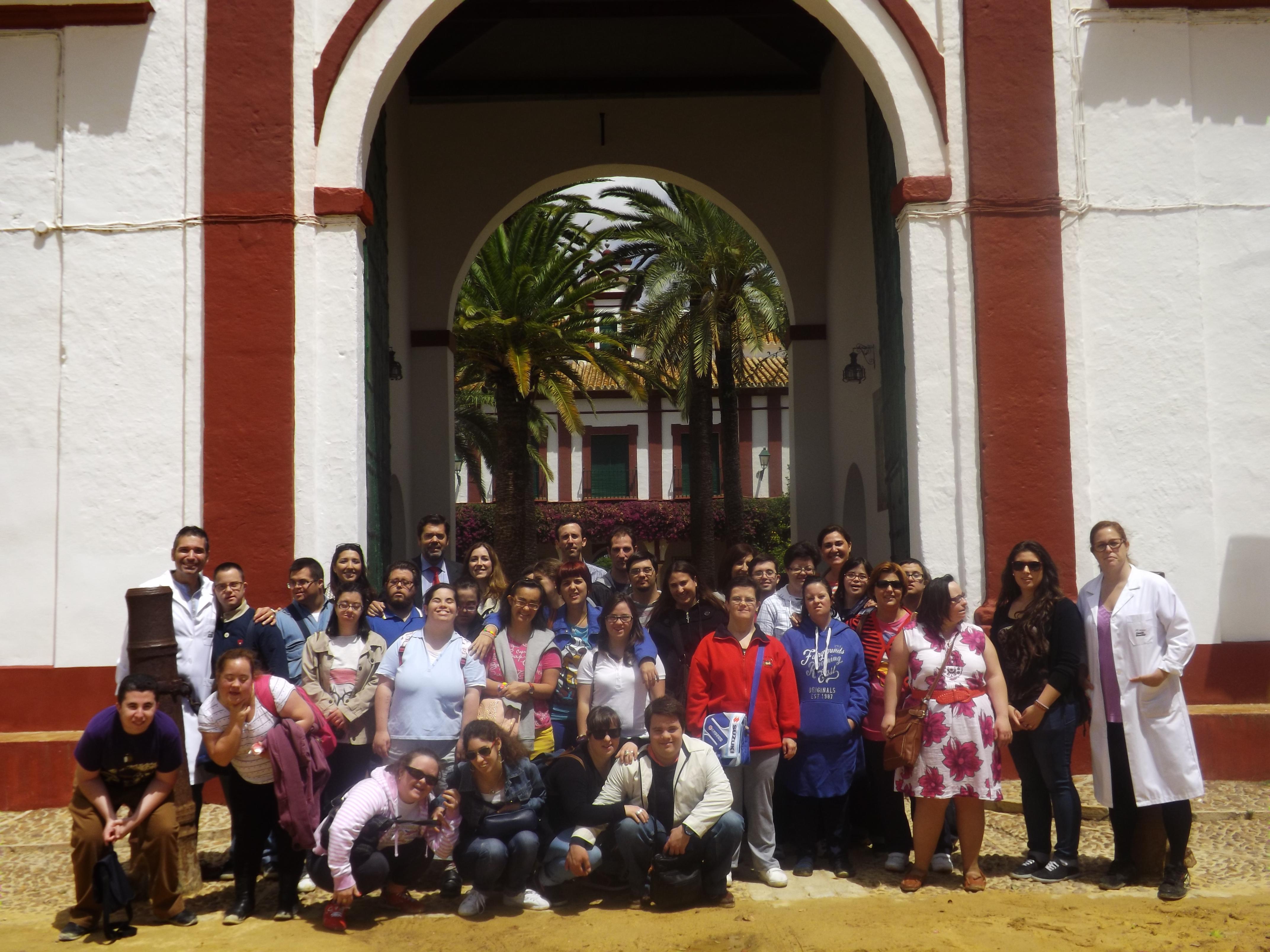 El grupo de Asedown ante la puerta de la Hacienda Guzmán. Foto: Alba Poveda