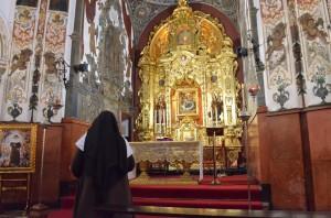 Una de las hermanas de la congregación ante el retablo restaurado. Foto: Salvador Criado