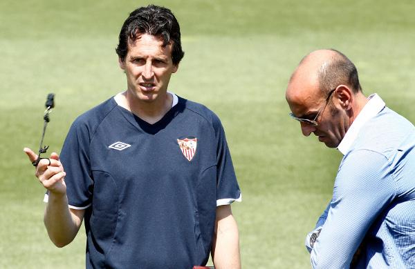 Unai Emery charla con Monchi durante un entrenamiento. Toca prepararse de nuevo (Íñigo Hidalgo)