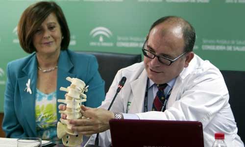 El jefe de la Unidad de Ortopedia Infantil y responsable del equipo médico de la operación, David Farrington, explica detalles de la intervención. Foto: EFE