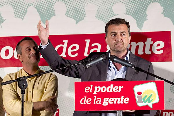 El coordinador general de Izquierda Unida en Andalucía, Antonio Maíllo (d), junto al portavoz en el Parlamento autonómico del grupo, José Antonio Castro (i), durante el acto de inicio de la campaña. / Daniel Pérez