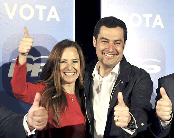 El presidente del Partido Popular andaluz, Juan Manuel Moreno, ha abierto en Sevilla la campaña de las elecciones europeas acompañado por la candidata Teresa Jiménez Becerril (d). EFE/Raúl Caro
