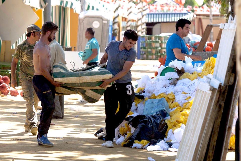 Sevilla 12 05 2014: Recogida de casetas en el Real.FOTO:J.M.PAISANO