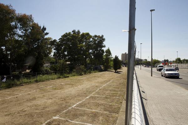 En estos terrenos junto al puente de las Delicias se pretende levantar el proyecto del Sevilla Park. / Pepo Herrera