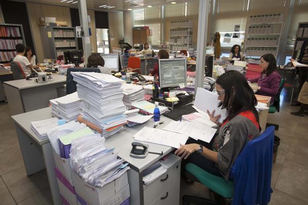 Los expedientes se acumulan sobre la mesa de una funcionaria de un juzgado de lo mercantil. / J.M.Espino (Atese)