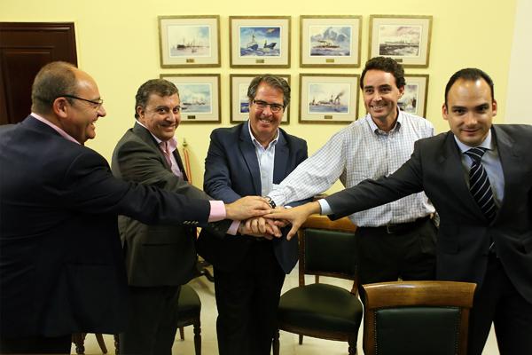Serrano (en el centro) y Rafael Belmonte, delegado del Distrito Bellavista-La Palmera (dcha.), tras firmar la cesión. / El Correo