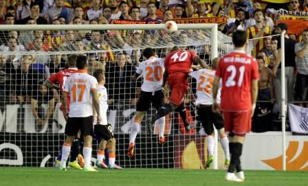 Mbia, rematando en el gol que clasificó al Sevilla. / José Antonio Sanz.