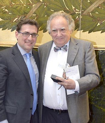 Guillermo Izquierdo –a la derecha– recibió la semana pasada el premio de la Sociedad Española de Neurología.