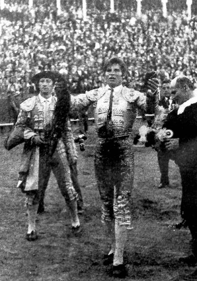 Aunque la Maestranza estaba reticente, El Cordobés consiguió el aplauso de los 12.000 asistentes.