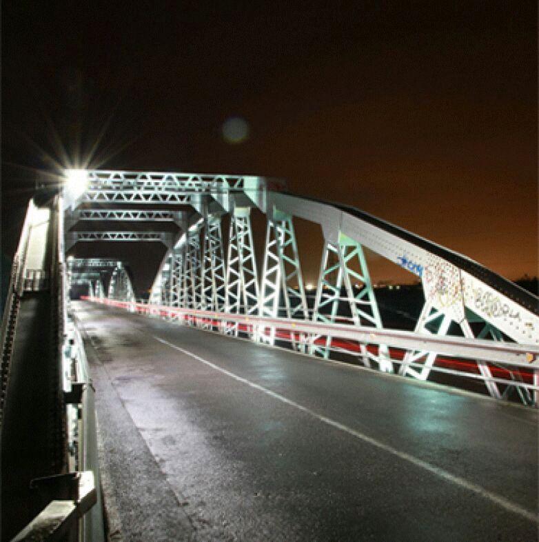 El puente Rodríguez de a Borbolla iluminado.