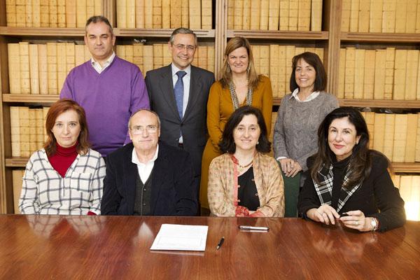 La firma de los estatutos, con los cuatro presidentes de asociaciones (sentados): Margarita Cárdenas, Rafael Reyes, Paloma Blanco de Córdova y Chary Maldonado. / P. Herrera