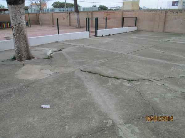 Grietas y desniveles en el pavimento del colegio.