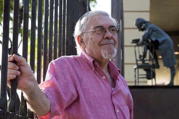 El profesor José Luis López López, fotografiado esta semana junto a la estatua de Mozart en el Paseo Colón. / José Luis Montero