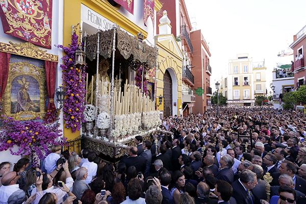 La Macarena sale de la Capilla del Rosario de Montesión rumbo a la Catedral, el sábado pasado. / JOSÉ LUIS MONTERO
