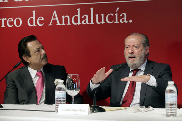 El presidente del Grupo Morera y Vallejo escucha atentamente al presidente de la Diputación. / José Luis Montero