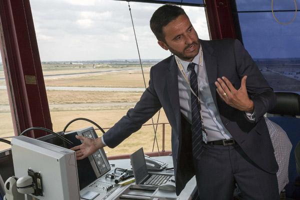 Abel López, jefe de la torre, explica el sistema utilizado.