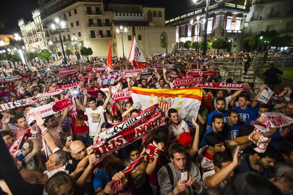 Las inmediaciones de la Puerta Jerez se llenaron ayer de banderas, bufandas y de la alegría de los sevillistas que hoy abrazarán la esperada copa. / fotos: Carlos Hernández
