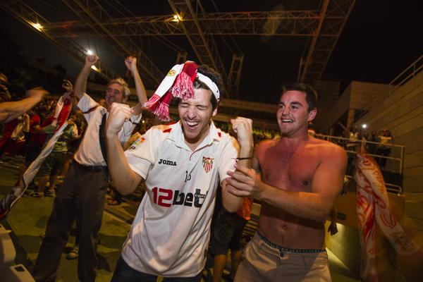 Efusivas celebraciones en el Auditorio al conocer que el Sevilla se hacía anoche con la copa de la Liga Europa.